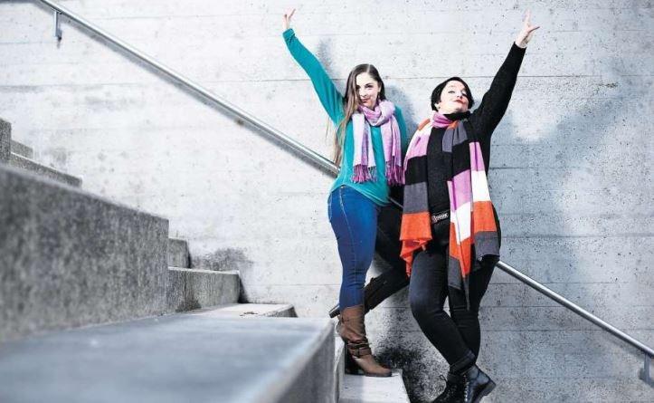 Choreografin Jennifer Schluchter (links) und Autorin Lizette Ewald gehören zur English Theatre Group of Zug. (Bild Stefan Kaiser)
