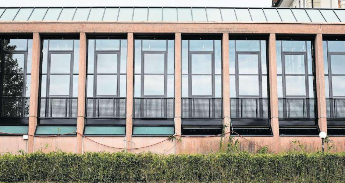 Die Flächen unterhalb der grossen Fenster beim Casino-Erweiterungsbau, der renoviert worden ist, geben Anlass zu Diskusssionen. (Bild: Stefan Kaiser)