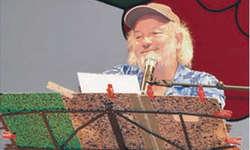 Ob mit Witzen, Gedichten oder Liedern: Peach Weber weiss, wie man das Publikum zum Lachen bringt. Bild Maria Pierson