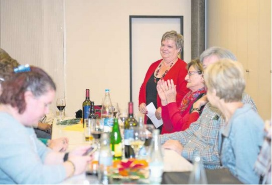 Astrid Kaufmann-Kirchhofer ist an der kommenden Fasnacht das Gesicht der Fröschenzunft Ebel. Sie erhielt am Freitag tosenden Applaus. (Bild Maria Schmid)