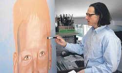 Unverminderte Schaffenskraft: Jürg Daniel Matthys vor der Staffelei in seinem Atelier in Galgenen. Bild Andreas Feichtinger