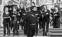 S-chola, unter der Leitung von Rolf Dittli, brachte «A bissl mehr Liacht». Bild ina
