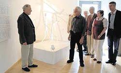 Das Weiss gibt dem Raum eine Leichtigkeit: Markus Riek, Präsident der Markant-Stiftung (vorne von links), im Gespräch mit dem Künstler Alfons Bürgler, daneben stehen Monica Messerli-Beffa und Nicolai Kern. (Bild Silvia Camenzind)
