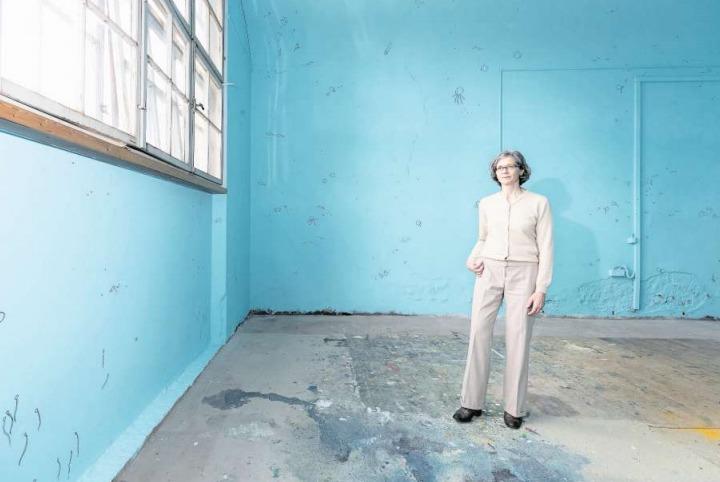 Myrtha Steiner im von ihr gestalteten Raum, der eine Unterwasserwelt zeigt. (Bild Roger Zbinden)