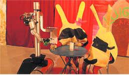 Roboter Igor wurde von den Schülern auf seine Rollen wie zum Beispiel Kellner oder Entführer programmiert. Bild zvg