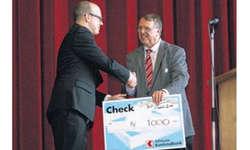 Der OK-Präsident des Fests der Musik 2014, Mathias Bachmann (links), konnte Alex Zimmermann für den SKMV einen Check von 1000 Franken übergeben. Bild Lilo Etter