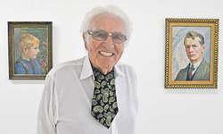 Helmut Meier zwischen zwei Bildern: Einem Selbstporträt seines Grossvaters (links) und einem Bild, das ihn als Bub zeigt. Bild: Silvia Camenzind