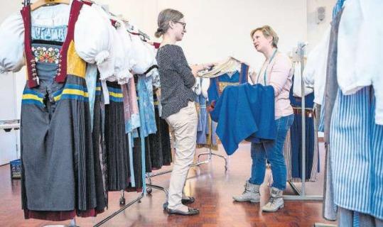 Andrea Balmer (rechts) und Franziska Müller prüfen die Trachten. (Bild Patrick Hürlimann)