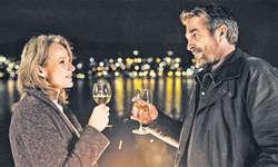 Eveline Gasser (Brigitte Beyeler) und Kommissar Reto Flückiger (Stefan Gubser) haben Grund zu feiern: romantisches Picknick am See zum ersten Jahrestag. Bild SRF/Daniel Winkler