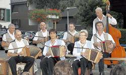 Unterhaltsame Formation: Die «Wagemöösler» wussten das spärliche Publikum zu begeistern. (Bild: Bruno Facchin)
