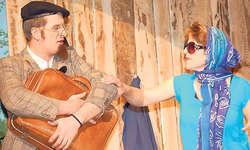 Ungeliebte Feriengäste: Anita und Eusebius Truthahn, gespielt von Daniela Bürgler und Bruno Suter, machen dem Pensionsbesitzer zu schaffen. Bild Martina Blunschy