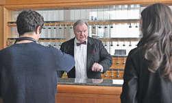 Der Schweizer Schauspieler Werner Biermeier spielt den Rezeptionisten. Bilder Gina Bellandi