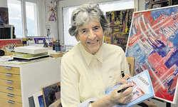 Neues Buch von Merlischacher Künstlerin: Die 80-jährige Magda Blau mit ihrem neuen Werk in ihrem Atelier in Merlischachen. Bild Edith Meyer