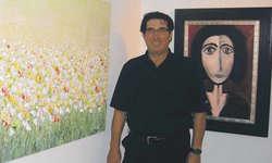 Künstler Müfit Oezmen zwischen einem neuen Bild «Sophie» und einem alten Bild «Schmetterlingsweide». Bild Wanda Winzenried