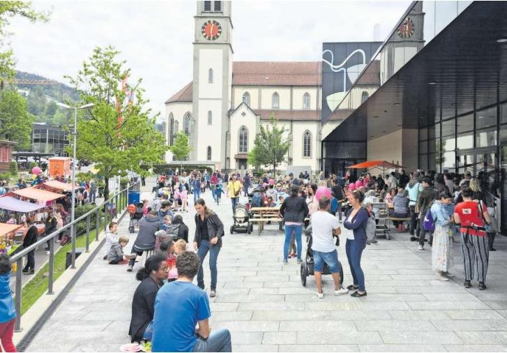 Der erste «Familieplausch im Ägerital» lockte zahlreiche Besucherinnen und Besucher an. (Bild PD)