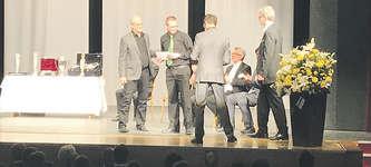 Übergabe des Preises an den Präsidenten Peter Kälin und den Dirigenten Ernst May. Foto: zvg