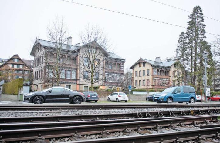 Ein Stück Geschichte mitten in Cham: die beiden Kolonialstilhäuser beim Bahnhof. (Bild Maria Schmid)