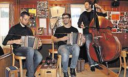 Die Musiker Marcel Oetiker, Robin Mark sowie Pirmin Huber (von links) genossen ihren Auftritt im Windstock. Bild Christoph Jud