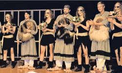 Die Akteure der Mitternachtsshow, junge Dürrbachhexen und Tänzerinnen des Tanzkellers, zeigen ihr Gesicht. Bild Maria Pierson