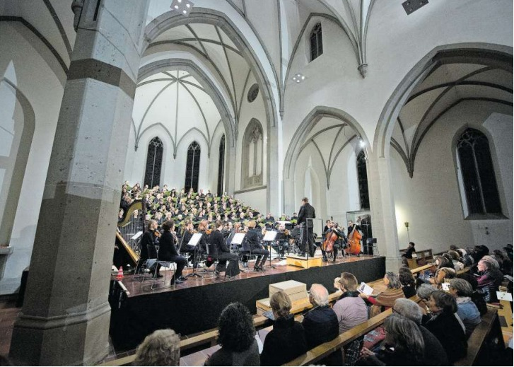 Am Samstag traten gleich mehrere Chöre gemeinsam in der katholischen Kirche Unterägeri auf. (Bild Maria Schmid)
