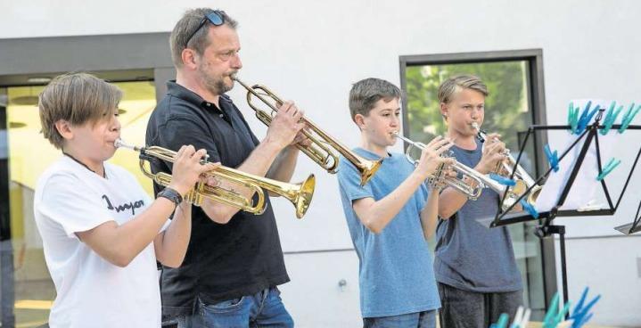 Norbert Kiser und seine Schüler von der Musikschule Walchwil waren mit dem Sommerschülerkonzert Teil der «Freien Bühne». (Bild PD)