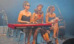Jacqueline Bernard, Klavier und Gesang; Mia Schultz, Karinette und Gesang; Simone Schranz, Kontrabass, Gesang. Bild Monika Neidhart