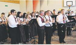 Die Gesamtkorps der Bennauer und Hurlacher spielen den Marsch «alte Kameraden».  Bild Franz Kälin