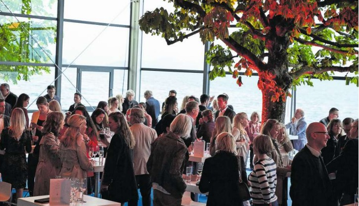 Die Gäste des Soirée-Opening geniessen das Stehdinner im Genuss-Pavillon am See, unterhalb der Rössliwiese. (Bild: PD)