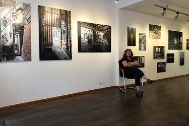 Irène Hänni mit einigen Fotografien