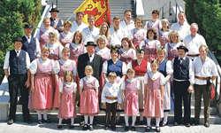 Auf dem Gruppenbild von 2006 ist die aktuelle Tracht der Trachtengruppe Höfe am Etzel zu sehen. Diese darf seit Anfang der 1980er-Jahre nicht mehr verändert werden.