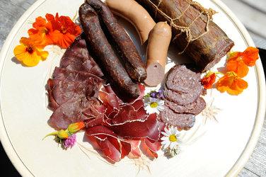 Die Fleischgenossenschaft Sernftal stellt Würste, Frisch- und Trockenfleisch aus Glarner Produktion her – erhältlich bei Bauern, Älplern und Jägern. Bild: Maya Rhyner