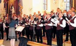 Der Männerchor Frohsinn Altendorf beim Einstimmen. (Bild: Paul Diethelm)