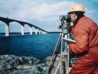 Bestimmung eines Höhenfixpunktes auf der Ölandbrücke in Schweden mit dem Präzisionstheodolit  DKM3 von Kern1973. Foto © SMA