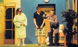 Vor einem Jahr, als das Stück «Service inbegriffe» gespielt worden war, war die Alpthaler Theaterwelt noch in Ordnung. Bild  Archiv EA