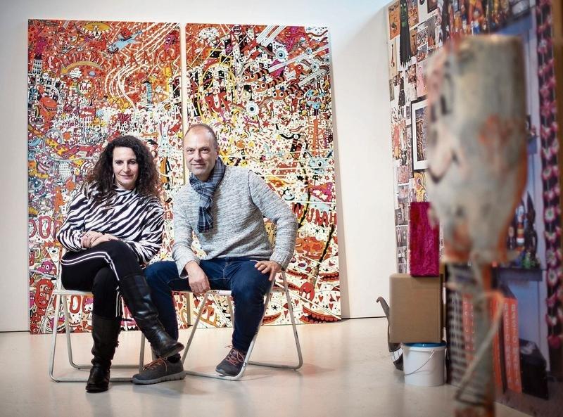 Sitzen in «ihrem» Atelier in der Galerie Urs Reichlin: M.S. Bastian und Isabelle L. (Bild Stefan Kaiser)