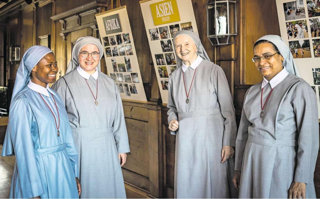 Die Schwestern Cecilia aus Nigeria, Elisabeth aus Polen, Gertrud aus Österreich und Regina aus Indien (von links) leben und arbeiten in Zug. (Bild Christian H. Hildebrand)