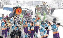 Nicht wie im Dschungel, eher wie im tiefsten Winter: Die Türmli-Guugger und Umzugswagen kämpften sich am Samstag durchs Schneegestöber. Bild Fritz Lengacher