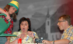 Die Oberiberger Theaterspieler sorgen auf der Bühne für turbulente und heitere Szenen. Bild Theater Oberiberg