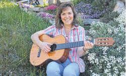 Aus der Feder von Bernadette Rickenbacher stammen pfiffige Kinderlieder, deren Melodien ins Ohr gehen.  Bild Guido Bürgler