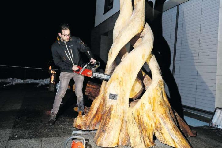 Gekommen, um zu bleiben: Die Figur «Verwundern», die seit gestern in Menzingen dauerhaft zu sehen ist, wird hier vom Künstler Patrick Barmet spektakulär enthüllt. (Bild Stefan Kaiser)