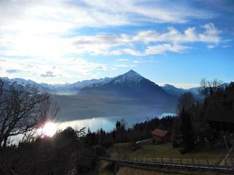 Le Niesen de l'autre cote du Lac de Thun