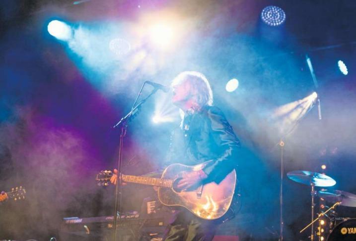 Mit umgehängter Akustikgitarre performt Bob Geldof im Chamer Lorzensaal unter anderen seinen grössten Hit: «I Don't Like Mondays». (Bild Urs Flüeler/Keystone)