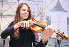 «Ich freue mich sehr auf das Heimspiel!» Die gebürtige Seewener Geigenspielerin Claudia Dober-Müller tritt morgen Donnerstag mit «Pigeons on the Gate» im «Gaswerk» Seewen auf. Bild: Roger Bürgler