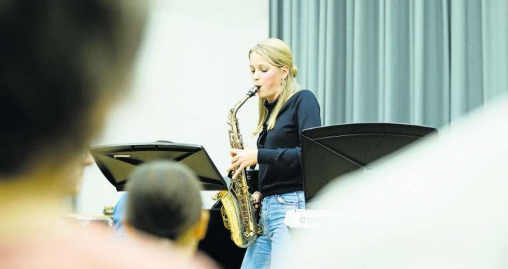 Lena Hausheer eröffnet die 86. «Live Session» der Musikschule Zug. (Bild Stefan Kaiser)