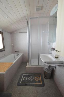 Nasszelle mit Badewanne & Dusche