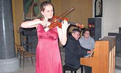 Sunita Abplanalp: Die ausserordentlich talentierte Violinistin begeistert in der Immenseer Pfarrkirche mit ihrem leidenschaftlichen und präzisen Spiel.