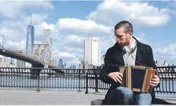 Marcel Oetiker spielte mit dem Schwyzerörgeli schon vor der Kulisse mit der Brooklyn Bridge in New York. Bild zvg