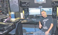 Sein Aufnahmestudio in Schübelbach unterhält Simon Ruoss alias slim$im zusammen mit zwei Kollegen. Bild Raffael Michel