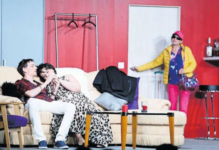 Jörg Steiger (gespielt von Lukas Röllin) ist einem Techtelmechtel mit Ursula Huber (Barbara Maissen) nicht abgeneigt, Tante Rita (rechts, Brigitta Spengeler) hat nichts dagegen einzuwenden. (Bild Stefan Kaiser)