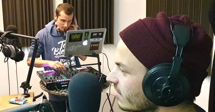 DJ Sandro Schgör (links) mit Gast Weibello im Studio von Radio Jam On. (Bild: mam)